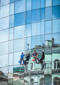 Professional washers cleaning glass facade of skyscraper — Stock Photo