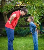 Злой отец и дочь, глядя друг на друга — Стоковое фото