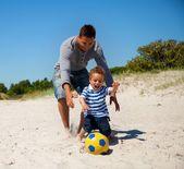 Glad pojke jagar bollen — Stockfoto
