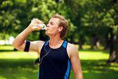 água potável de atleta com sede — Foto Stock