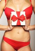 Donna in biancheria intima holding regalo — Foto Stock