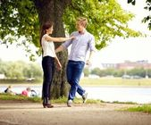Para zakochanych, zabawy na świeżym powietrzu — Zdjęcie stockowe