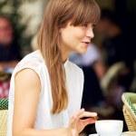mulher em um café ao ar livre apreciando seu coffee-break — Foto Stock