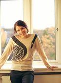 ガラス窓に対して笑ってリラックスした女性 — ストック写真