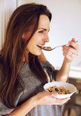 Zu hause mit lächelnde frau frühstück — Stockfoto