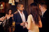 Joven empresario con amigos en el bar — Foto de Stock