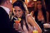 Coppia felice di godersi la festa — Foto Stock