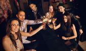 Levante seu copo e comemorar com a gente — Foto Stock