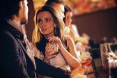 Mulher jovem, em conversa com um cara no bar — Foto Stock