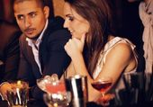 Gorgeous Woman with Boyfriend at the Bar — Stock Photo