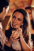 красивая женщина в баре говорить с парнем — Стоковое фото