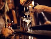 Barman Serving Cocktail Drinks — Stock Photo