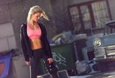 Strong Woman with Toned Body in the Neighborhood — Stock Photo