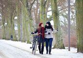 Dois amigos durante a sua ligação ao ar livre frio — Foto Stock