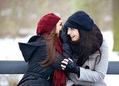 Chicas de chismes en un exterior frío invierno — Foto de Stock