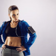 Fit young woman posing confidently in sportswear — Stok fotoğraf