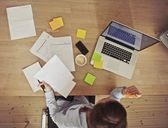 Overhead view of businesswoman working at desk — Foto Stock