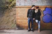 Liebevolle teenage paar küssen auf der straße — Stockfoto