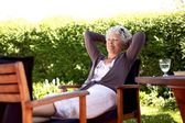 Старшая женщина в саду на заднем дворе — Стоковое фото