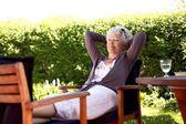 Ältere Frau im Garten — Stockfoto