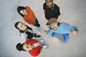 多族裔年轻人寻找快乐 — 图库照片