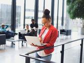 Giovane donna africana utilizzando il computer portatile in ufficio — Foto Stock