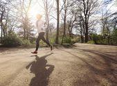 Mujer joven sana de jogging en el parque — Foto de Stock