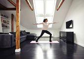 Healthy woman exercising in living room — ストック写真
