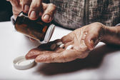 Starszy kobieta przyjmowanie lekarstw — Zdjęcie stockowe