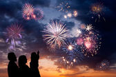 Happy family looks fireworks — Stockfoto