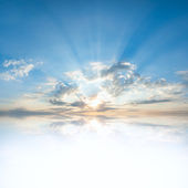 Reflexão de nuvens em água — Foto Stock