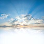 Riflessione di nuvole nell'acqua — Foto Stock