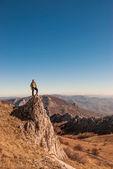 A happy traveler on a mountain top — Stock Photo