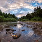 's avonds landschap met een rivier berg — Stockfoto