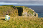 Birdwatcher looking at birds on Coastal Cliffs — Stock Photo
