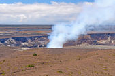Fumaça de uma cratera vulcânica ativa — Foto Stock