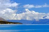 Góry, przedzierając się przez chmury — Zdjęcie stockowe