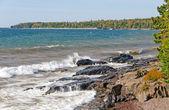 Vlny na skalnatém břehu — Stock fotografie