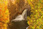 Dolda falls i höst — Stockfoto