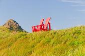 Mavi gökyüzü karşı kırmızı sandalye — Stok fotoğraf