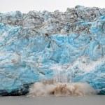 parto di ghiaccio su un fronte glaciale — Foto Stock