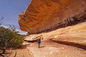 Escursionista ammirando il bluff di arenaria — Foto Stock