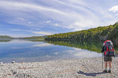 Bakcpacker en un lago del desierto — Foto de Stock