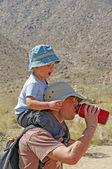 Père et fils lors d'une randonnée ensemble — Photo