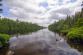 Dia calmo em um lago remoto — Foto Stock