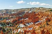 Nieve de primavera en un cañón de roca roja — Foto de Stock