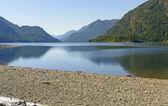 Horské jezero za slunečného dne — Stock fotografie