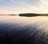 Isla en el lago saimaa, karelia, finlandia — Foto de Stock