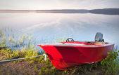 Rode boten aan de kust van het meer — Stockfoto