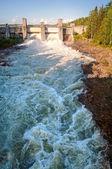 Hochwasserentlastung am wasserkraftwerk in imatra, finnland — Stockfoto
